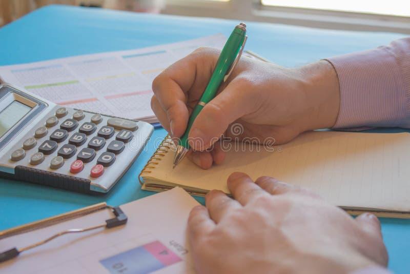Контролер и секретарша бизнесмена финансовый делая баланс отчета, высчитывать или проверки стоковое фото rf