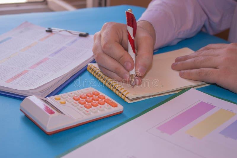 Контролер и секретарша бизнесмена финансовый делая баланс отчета, высчитывать или проверки стоковые изображения
