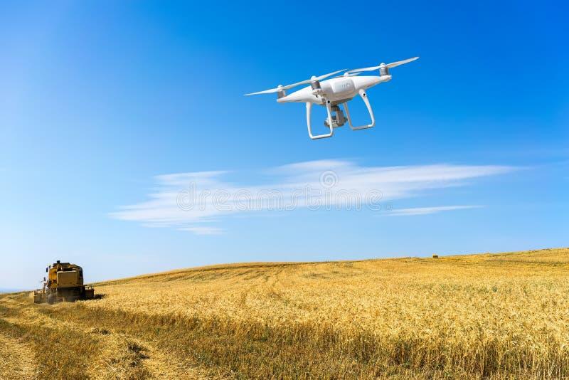 Контролировать удаленного трутня вертолета Полет трутня стоковое изображение rf