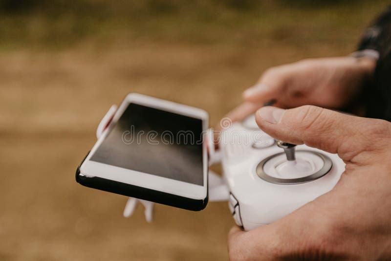 Контролировать удаленного трутня вертолета с предварительным просмотром smartphone стоковое изображение
