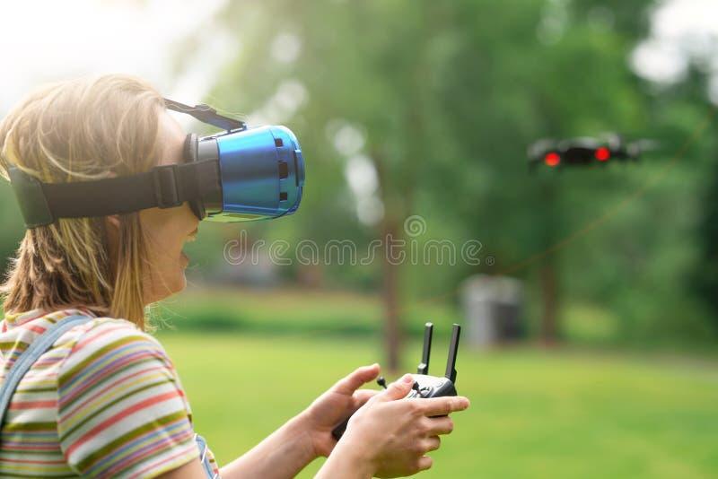 Контролировать quadrocopter с помощью шлему старшего Концепция виртуальной реальности дополнительная реальность стоковое фото
