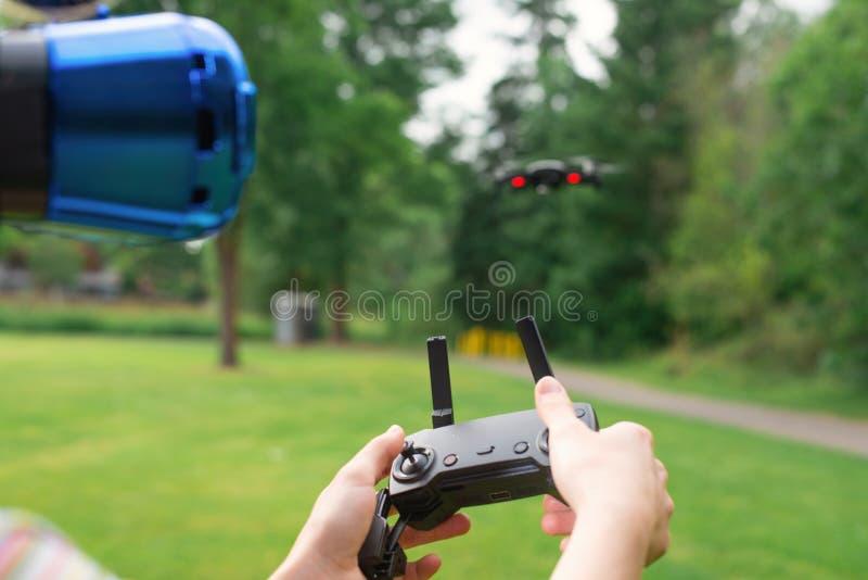 Контролировать quadrocopter с помощью шлему старшего Концепция виртуальной реальности дополнительная реальность стоковые фотографии rf