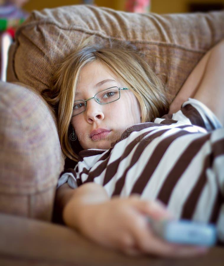 контролируйте девушку дистанционный tv стоковое изображение