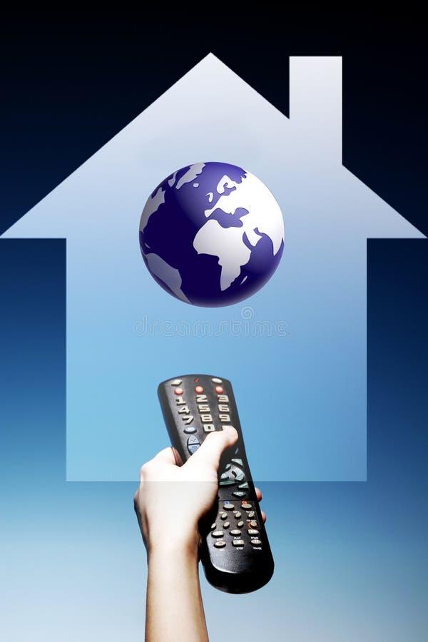 контролируйте телевидение remote фото дома удерживания руки иллюстрация штока