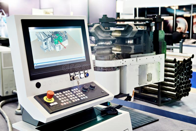 Контроль пульта управления формируя cnc машины стоковая фотография rf