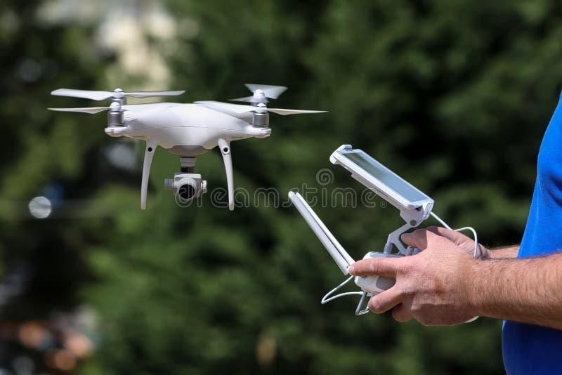 Контролировать удаленного трутня вертолета Contr remote полета трутня стоковые изображения
