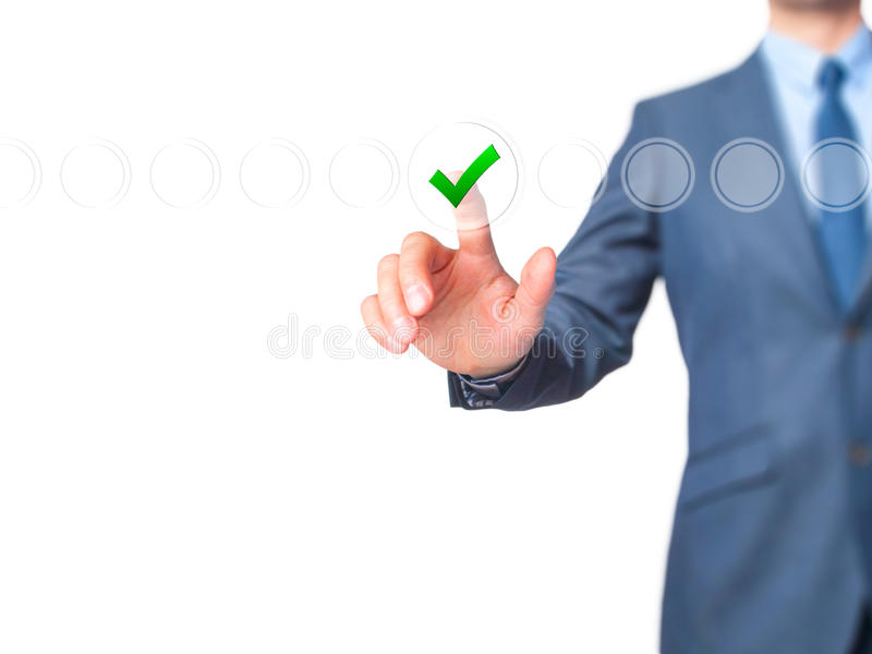 Контрольная пометка бизнесмена на виртуальном экране Палец на контрольном списоке стоковая фотография rf