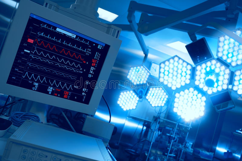 Контроль пациента в операционной в больнице стоковые изображения