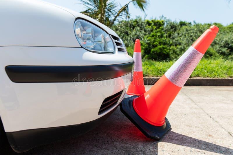 Конусы движения автомобиля bumping стоковая фотография rf
