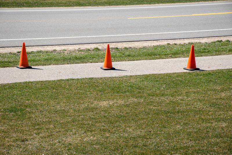 Конусы движения на тротуаре стоковое фото rf