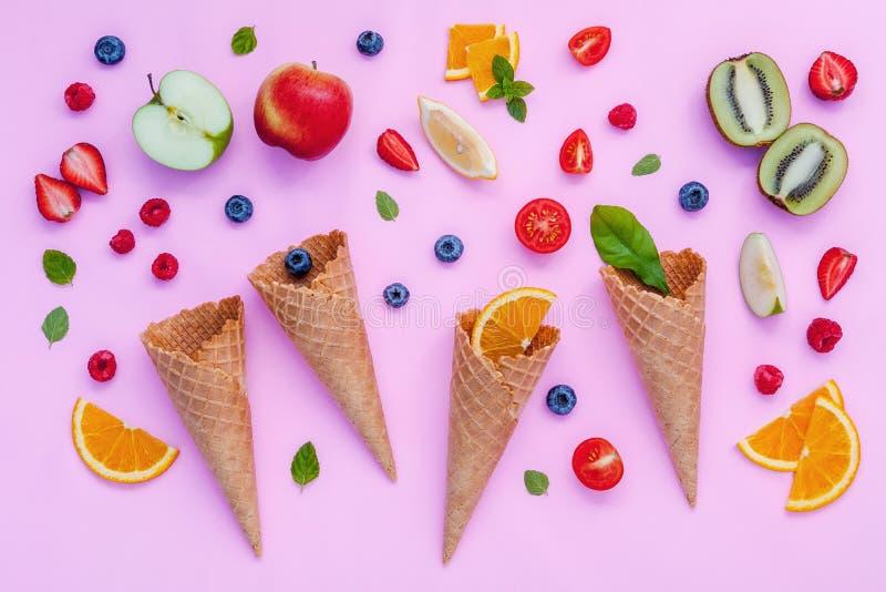 Конусы и красочные различные плодоовощи поленика, голубика, strawber стоковые фото