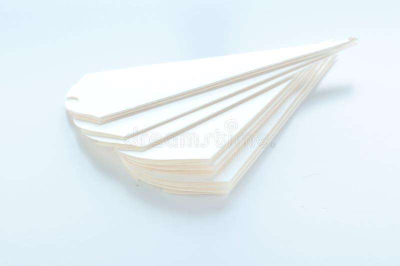 Конусы, который нужно держать засахарили миндалины на белой предпосылке стоковые фото