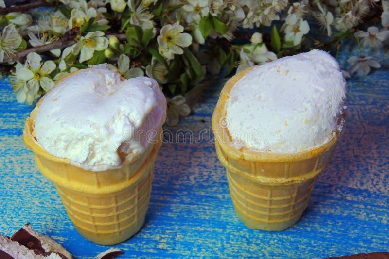Конусы мороженого и брикет шоколада стоковые фото