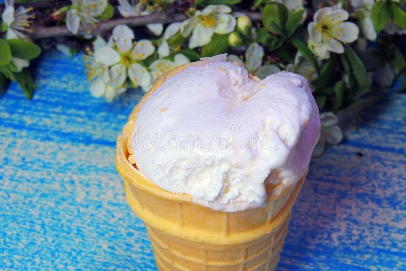 Конусы мороженого и брикет шоколада стоковые изображения rf