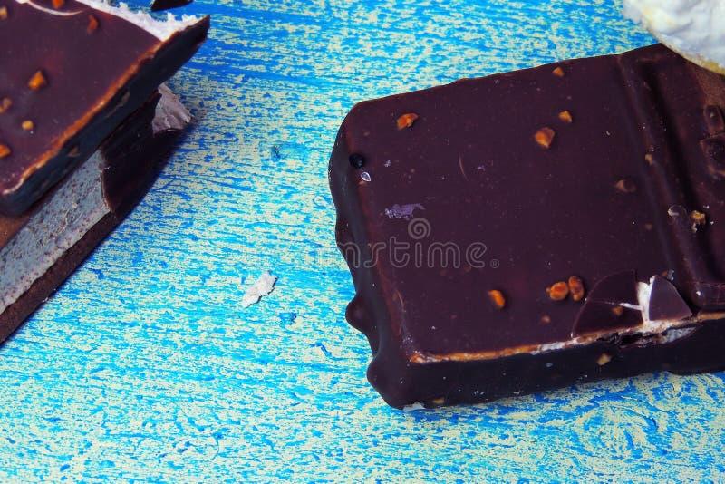 Конусы мороженого и брикет шоколада стоковая фотография