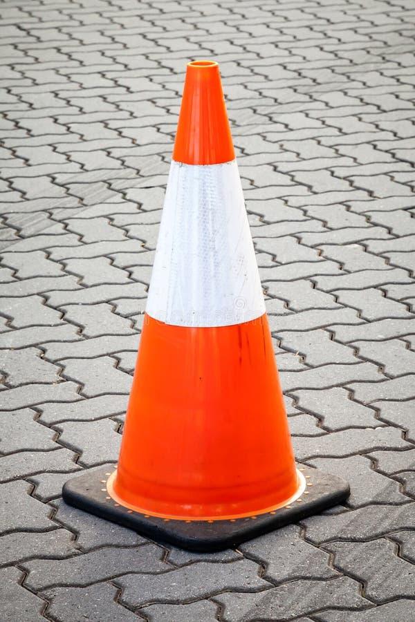 Конус апельсина и белых подвижный движения на вымощенной улице стоковые изображения rf