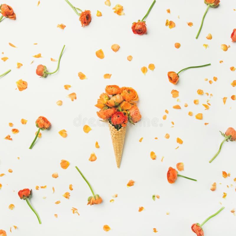Конус Waffle с оранжевыми цветками лютика Весна или концепция настроения лета стоковое фото