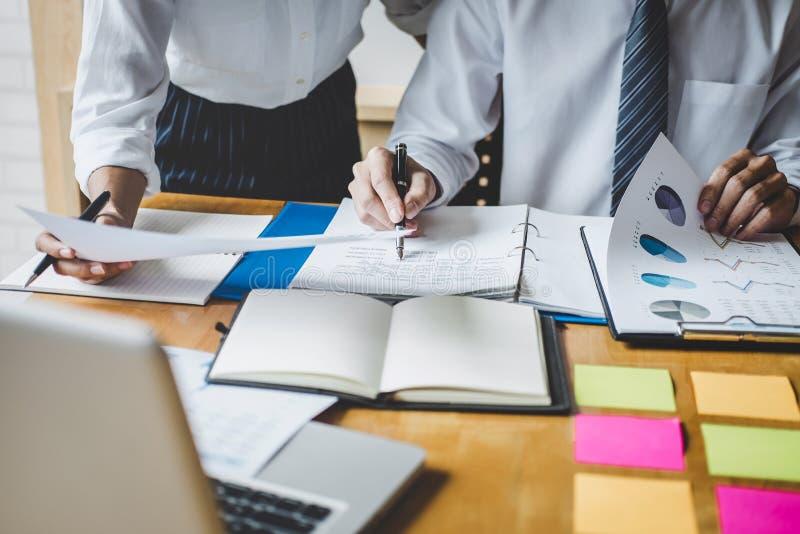 Конференция деятельности Co, исполнительная команда обсуждая диаграммы и диаграммы работая в стратегии бизнеса и финансовом плане стоковое фото rf