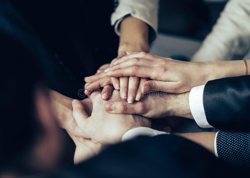 Конференция предпринимателей Складчатость рук совместно стоковые фото