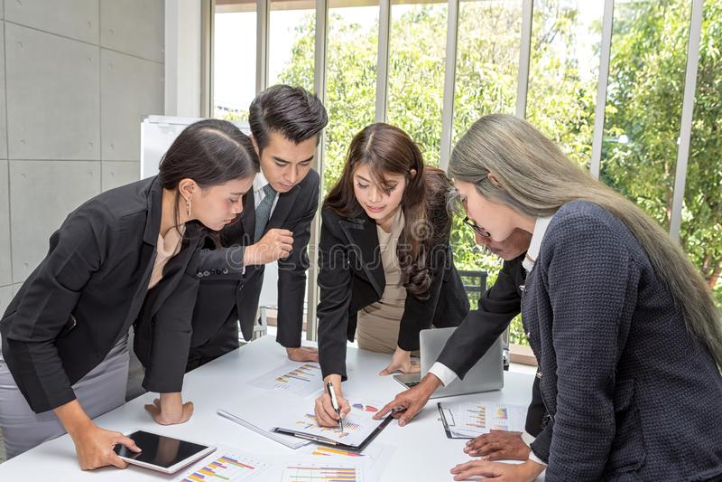 Конференц-зал деятельности дела команды на офисе Работники команды говорят бизнес-план Бизнесмен представляя к коллегам на стоковое изображение rf