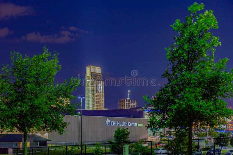Конференц-центр медицинского центра ХИА сцены ночи и первое здание национального банка стоковые изображения rf