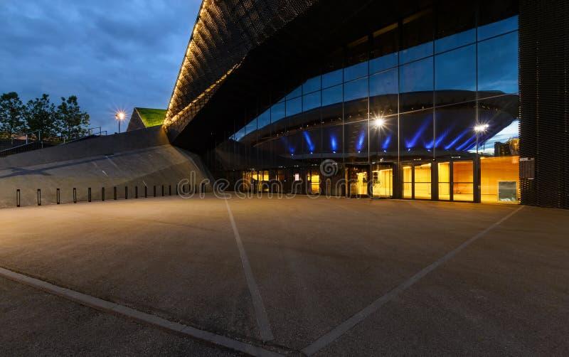 Конференц-центр международной конвенции в Катовице с Spodek в refle стоковая фотография rf