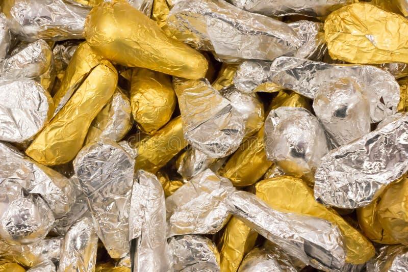 Конфета в золоте и серебряных сияющих оболочках стоковые фото