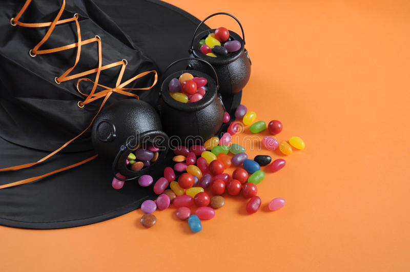 Конфета хеллоуина в фокусе или обслуживании носит котлы с шляпой ведьм стоковые изображения rf