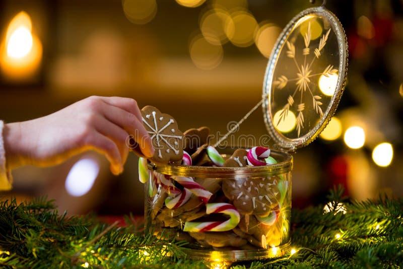 Конфеты и опарник пряника стеклянный стоковые фото