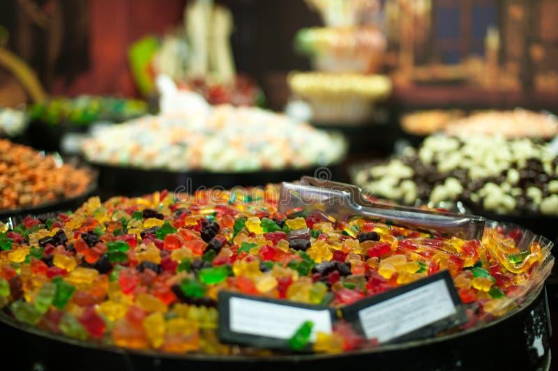 Конфеты и jellys в бочонках стоковое фото rf