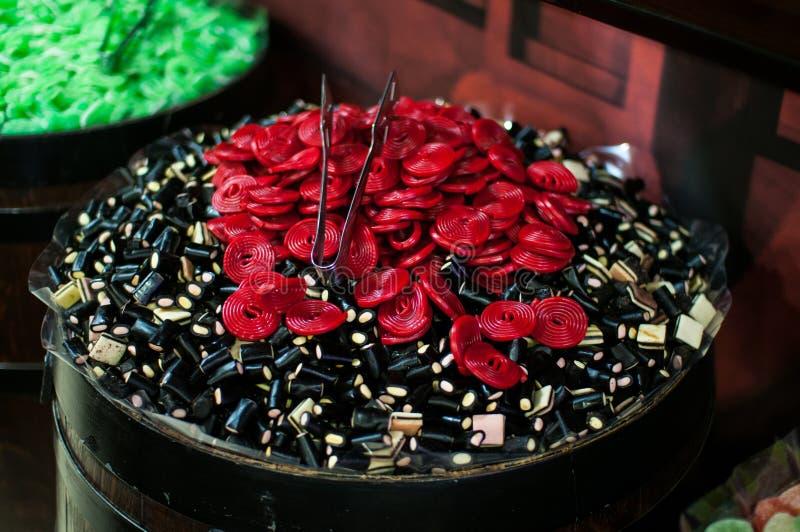 Конфеты и jellys в бочонках стоковые фотографии rf