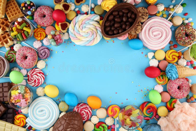 Конфеты пасхи со студнем и сахаром красочный массив различных помадок и обслуживаний childs на сини стоковая фотография