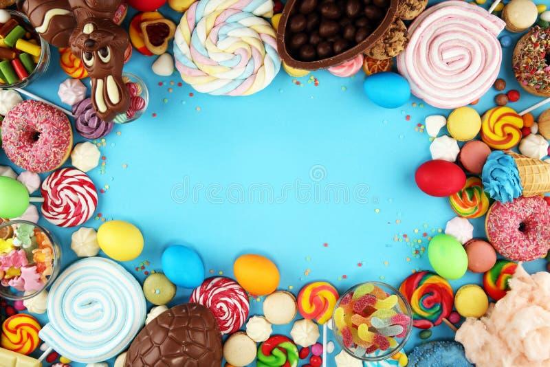Конфеты пасхи со студнем и сахаром красочный массив различных помадок и обслуживаний childs на сини стоковые изображения rf