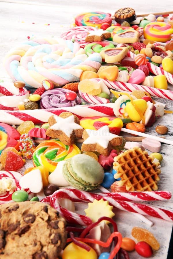 Конфеты с студнем и сахаром красочный массив различных помадок и обслуживаний childs стоковое фото rf