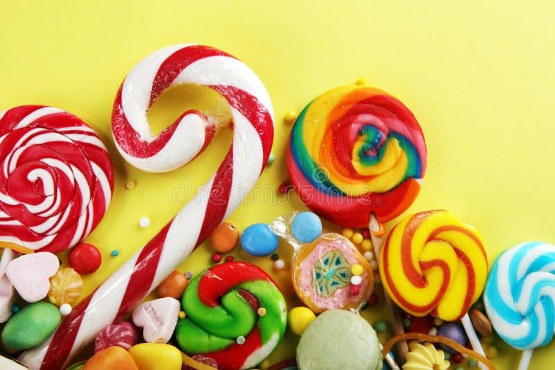 Конфеты с студнем и сахаром красочный массив различных помадок и обслуживаний childs стоковые фото