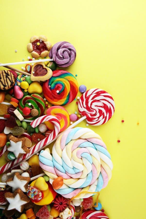 Конфеты с студнем и сахаром красочный массив различных помадок и обслуживаний childs стоковые изображения