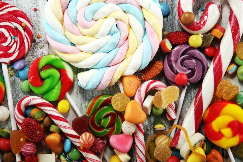 Конфеты с студнем и сахаром красочный массив различных помадок и обслуживаний childs стоковое изображение