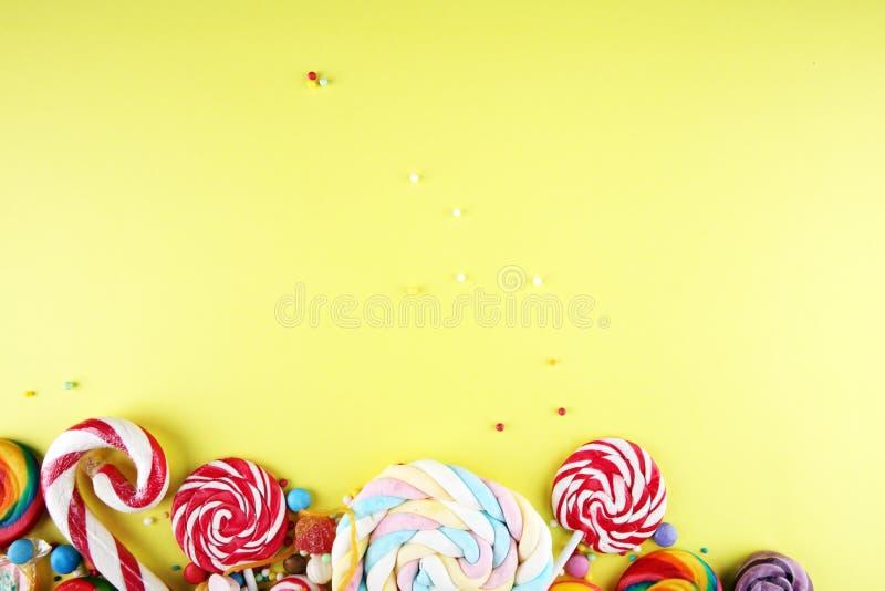 Конфеты с студнем и сахаром красочный массив различных помадок и обслуживаний childs стоковое фото