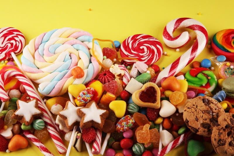 Конфеты с студнем и сахаром красочный массив различных помадок и обслуживаний childs стоковая фотография