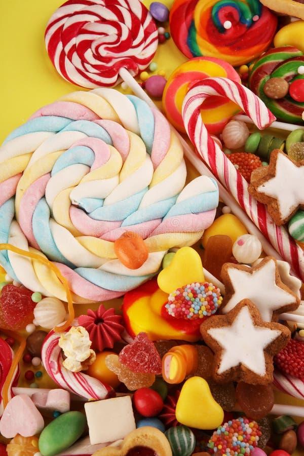 Конфеты с студнем и сахаром красочный массив различных помадок и обслуживаний childs стоковое изображение rf