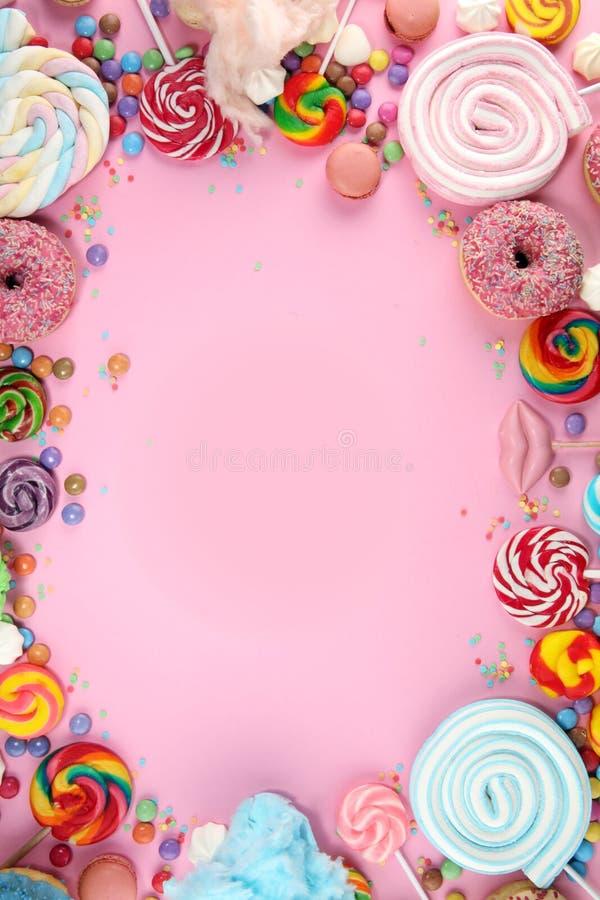 Конфеты с студнем и сахаром красочный массив различных помадок и обслуживаний childs на пинке стоковое изображение rf