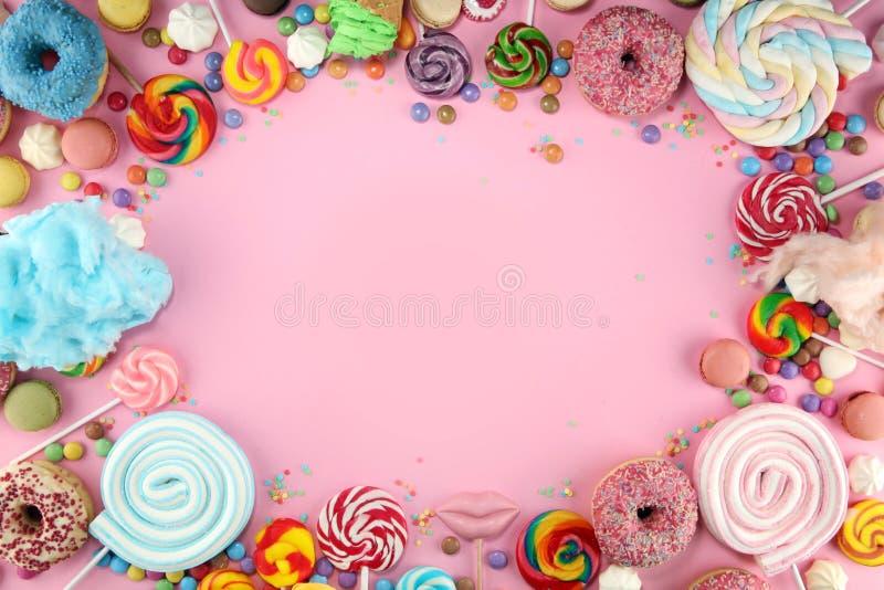 Конфеты с студнем и сахаром красочный массив различных помадок и обслуживаний childs на пинке стоковое изображение