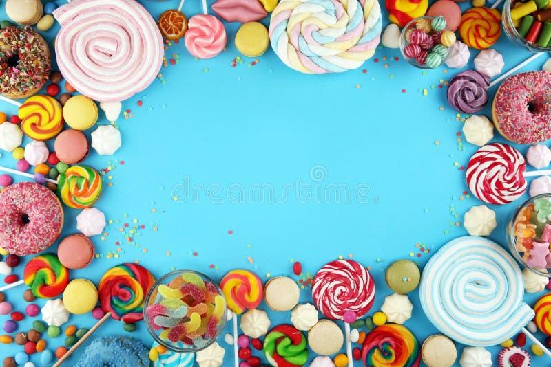 Конфеты с студнем и сахаром красочный массив различных помадок и обслуживаний childs на сини стоковые изображения rf