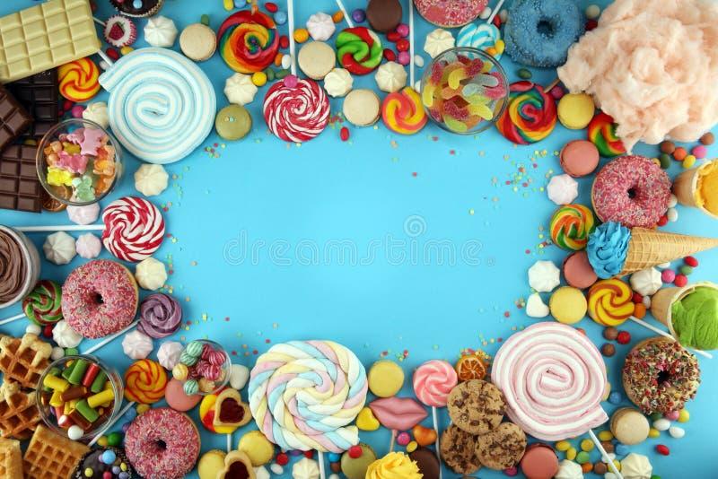 Конфеты с студнем и сахаром красочный массив различных помадок и обслуживаний childs на сини стоковое фото