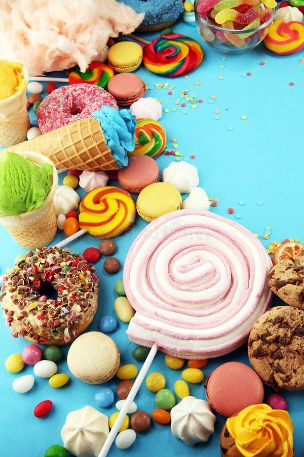 Конфеты с студнем и сахаром красочный массив различных помадок и обслуживаний childs на сини стоковые фото