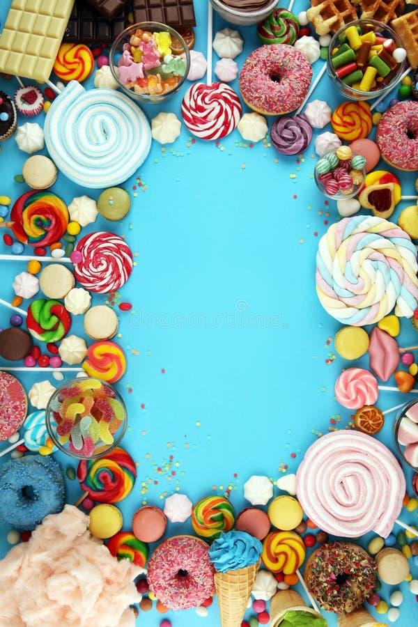 Конфеты с студнем и сахаром красочный массив различных помадок и обслуживаний childs на сини стоковое фото rf