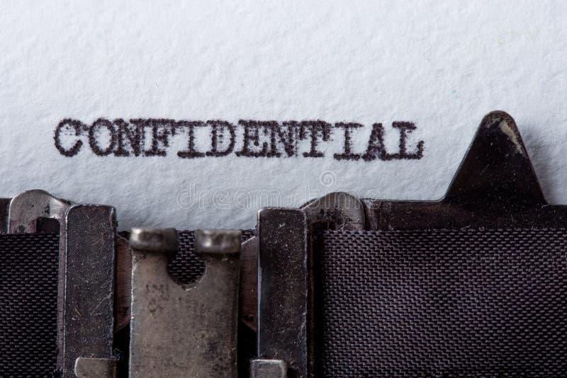Конфиденциальный - слово напечатанное на старой машинке стоковое изображение rf
