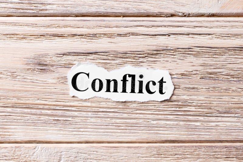 Конфликт слова на бумаге Концепция Слова конфликта на деревянной предпосылке стоковая фотография rf