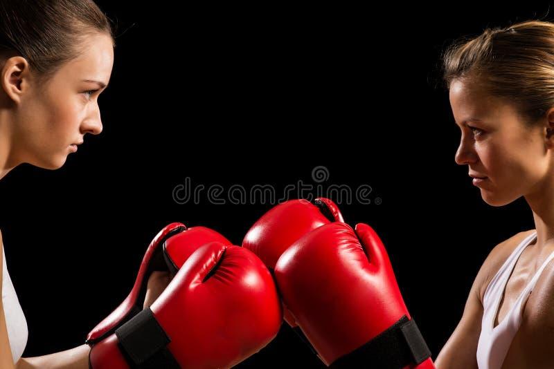 Конфронтация между 2 боксерами женщин стоковые изображения rf