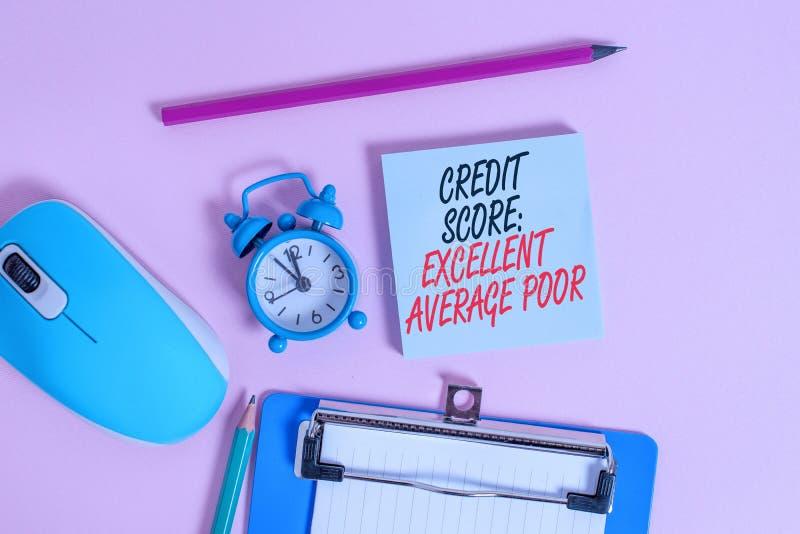 Концептуальная рукописная запись, показывающая, что кредитный балл превосходно падает в среднем Уровень кредитоспособности стоковая фотография
